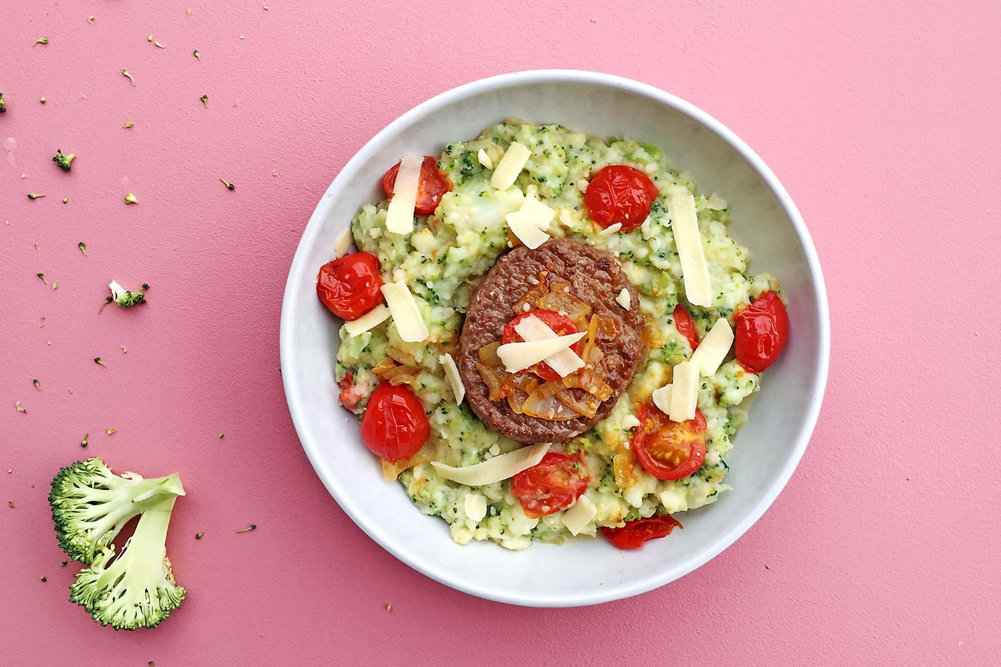 Broccolistamppot met tomaat, tartaar en parmezaanse kaas